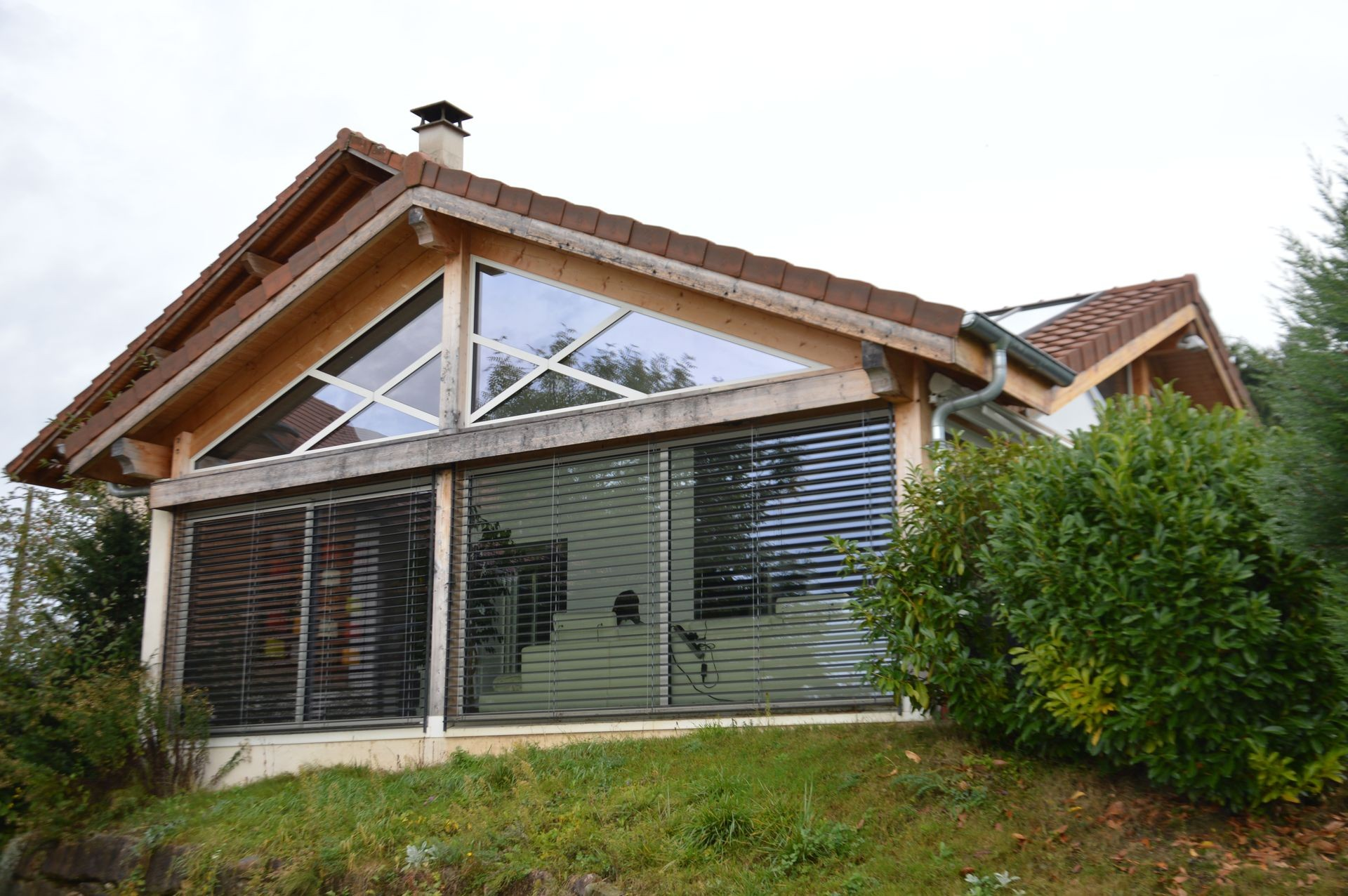 Extension de maison en ossature bois et aluminium avec spa for Extension maison 74