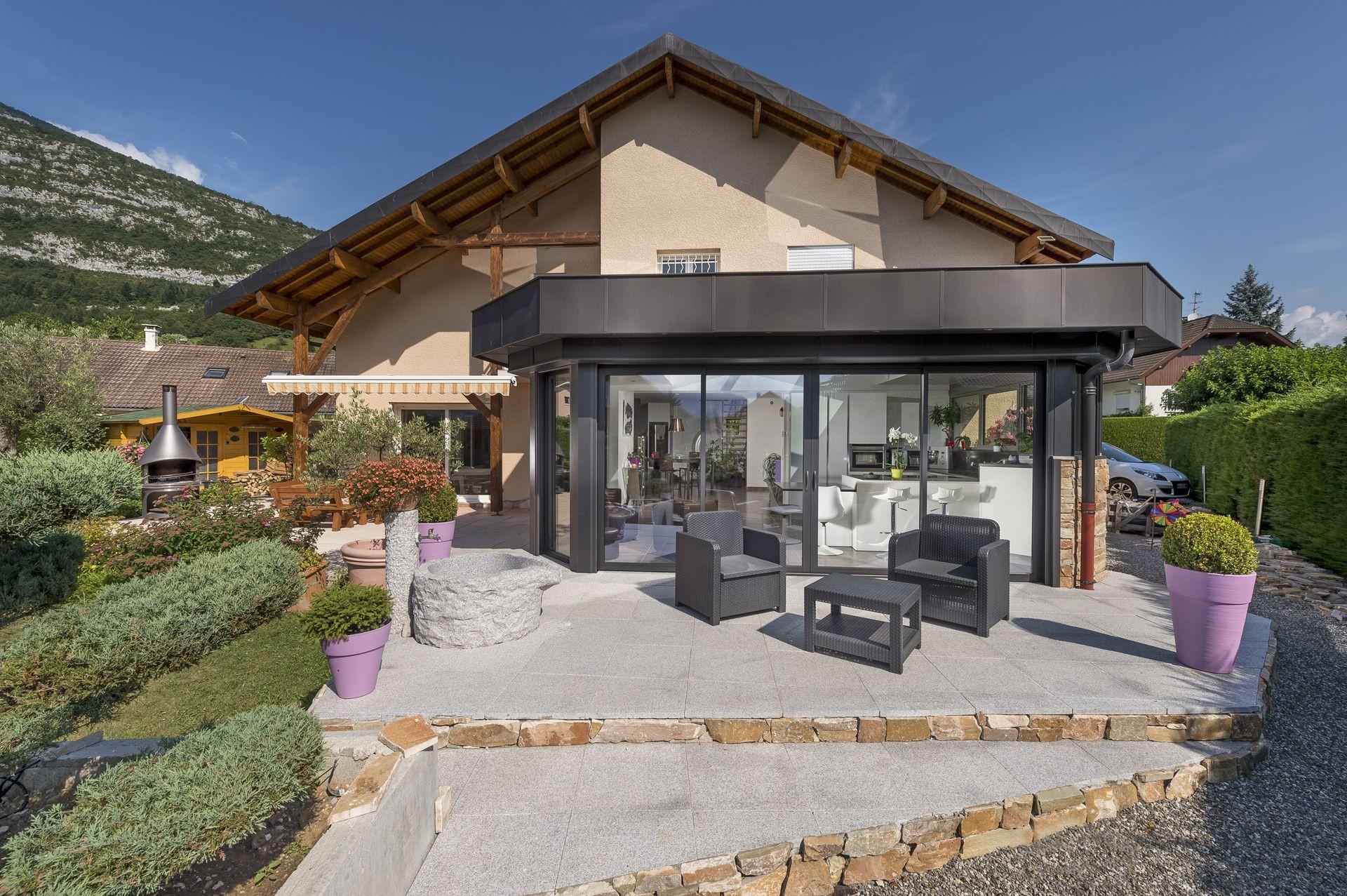 Extension toiture plate à Doussard avec cusine intégrée en ...