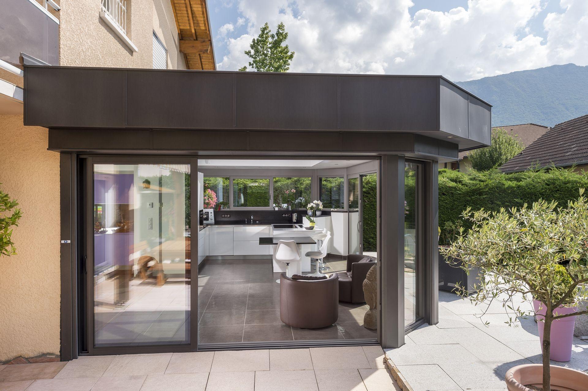 Extension toiture plate à Doussard avec cusine intégrée en HAUTE ...